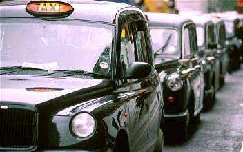 Electric and plug-in hybrid taxis could soon be seen in Edinbugh after licensing changes were approved by the council